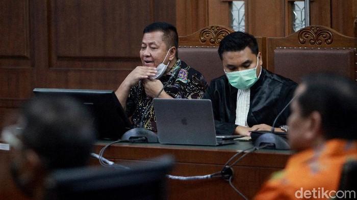 Irjen Napoleon Bonaparte mendatangi Pengadilan Tipikor, Jakarta. Kedatangannya untuk menjadi saksi di sidang Tommy Sumardi terkait perkara suap Djoko Tjandra.