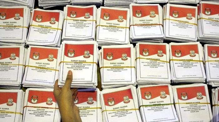 Pekerja menyusun surat suara pilkada Kota Makassar 2020 yang selesai dilipat di gedung Celebes Convention Center, Makassar, Sulawesi Selatan, Selasa (24/11/2020). Sebanyak 924.771 lembar surat suara pilkada Kota Makassar memasuki tahap penyortiran dan pelipatan dengan menerapkan protokol kesehatan guna mencegah penularan COVID-19 dan ditargetkan selesai pada Kamis (26/11/2020). ANTARA FOTO/Arnas Padda/yu/aww.