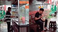 Bikin Haru! Penjual Roti Bakar dan Batagor Ini Bertukar Jualan untuk Dicicip