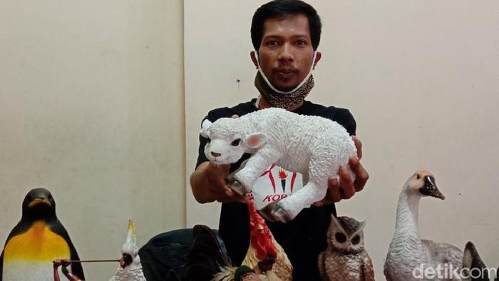 Bandung dikenal dengan beragam produk kerajinan tangannya, salah satunya patung. Meski dihantam pandemi COVID-19, perajin patung di Bandung ini tetap produktif.