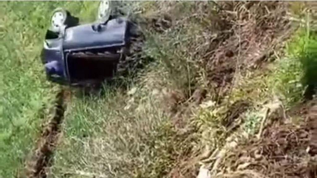 Viral Video Pikap Jatuh Terguling-guling ke Jurang di Lumajang