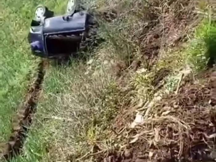 Sebuah pikap terjun ke jurang 100 meter di Lumajang. Video detik-detik kecelakaan tersebut viral di media sosoal.