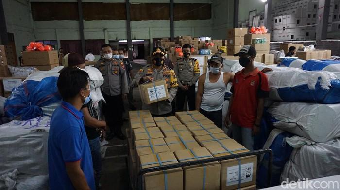 Pengiriman 424 boks surat suara untuk Pilbup Mojokerto 2020 dikawal ketat polisi. Kedatangan surat suara tersebut membuat perlengkapan untuk Pilbup komplet.