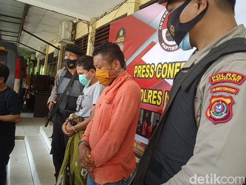 Pis (baju oranye) dan Uca (baju kelabu) ditangkap polisi atas kasus pembakaran yang menyebabkan korban meninggal dunia (Sitti Harlina/detikcom)
