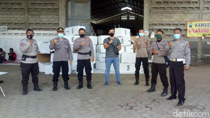 polisi jaga gudang logistik kpu banyuwangi