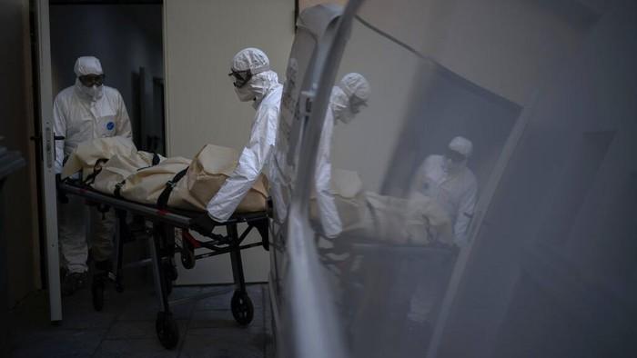 Virus Corona jadi pandemi global usai menyebar di dunia. Selain tenaga medis, para pengurus jenazah COVID-19 juga berada di garis depan penanganan pandemi ini.
