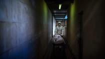 Potret Para Pengurus Jenazah Pasien Corona di Negeri Matador