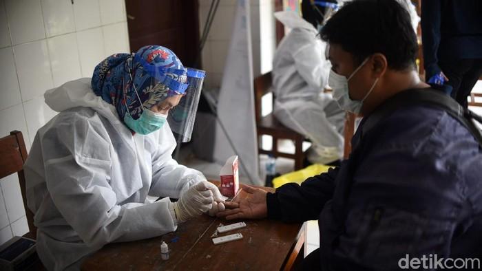 Rapid test digelar di Petamburan menyusul terjadinya keramaian di kawasan itu usai kepulangan Habib Rizieq. Dari 276 warga yang dites, 5 orang reaktif Corona.