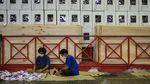 Ratusan Mahasiswa Lipat Surat Suara Pilkada di Palu