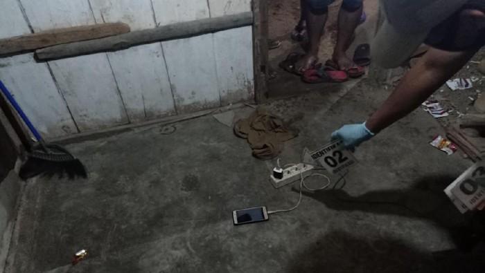 Remaja tewas tersambar petir saat main ponsel yang sedang di-charge, Grobogan, Senin (24/11/2020).