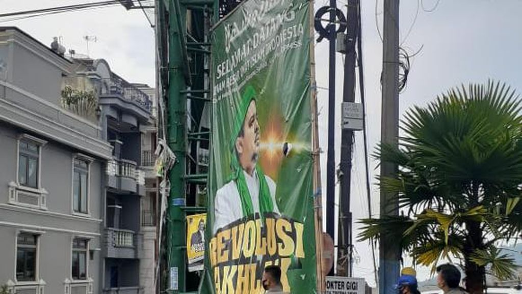 Satpol PP Sumedang Menurunkan Sejumlah Baliho Habib Rizieq