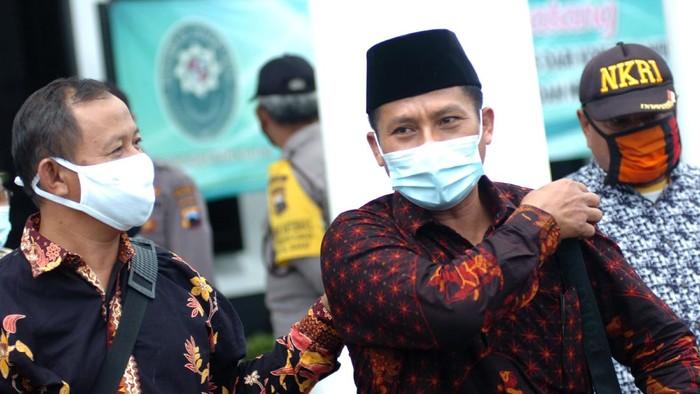 Terdakwa Wakil Ketua DPRD Kota Tegal Wasmad Edi Soesilo (tengah) berjalan usai menjalani sidang pembacaan tanggapan Jaksa Penuntut Umum (JPU) atas eksepsi dari terdakwa di Pengadilan Negeri Tegal, Jawa Tengah, Selasa (24/11/2020). JPU mendakwa Wasmad dengan pasal berlapis yaitu Pasal 93 Undang-undang (UU) Republik Indonesia No.6 tahun 2018 tentang Kekarantinaan Kesehatan dan Pasal 216 ayat (1) KUHP karena dianggap tidak mengindahkan dan tidak memenuhi permintaan polisi dan memilih tetap menggelar orkes dangdut saat hajatan di tengah pandemi COVID-19. ANTARA FOTO/Oky Lukmansyah/aww.