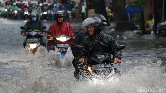 Banjir di Jalan Kopo, Kota Bandung.
