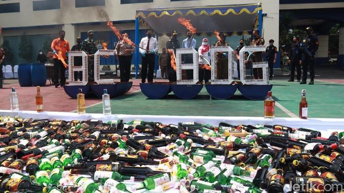 Bea Cukai Bandung musnahkan jutaan batang rokok dan ratusan botol miras