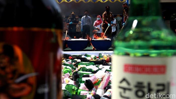 Bea Cukai Bandung musnahkan dua juta batang rokok hingga ratusan botol minuman keras ilegal. Ini merupakan penindakan selama tahun 2020.
