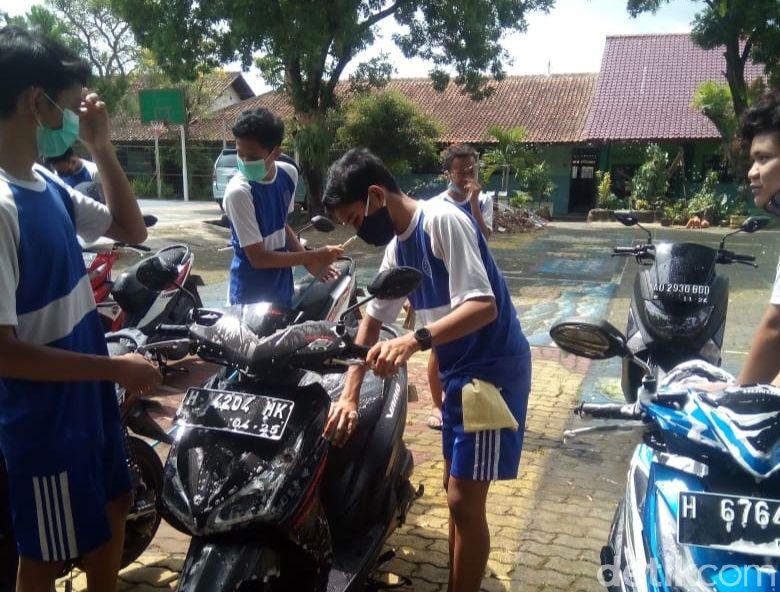Siswa SMPN 3 Salatiga cuci motor gurunya memperingati hari guru nasional, Rabu (25/11/2020).