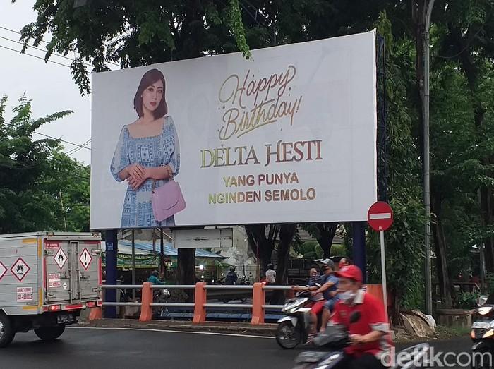 Video TikTok crazy rich Surabaya saat memberikan kejutan ulang tahun pada istrinya dengan memasang baliho, viral di media sosial. Berapa biaya pemasangan baliho itu?