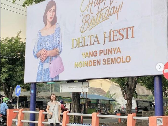 Crazy rich Surabaya Tomli Wafa pasang baliho untuk ucapkan istri ulang tahun