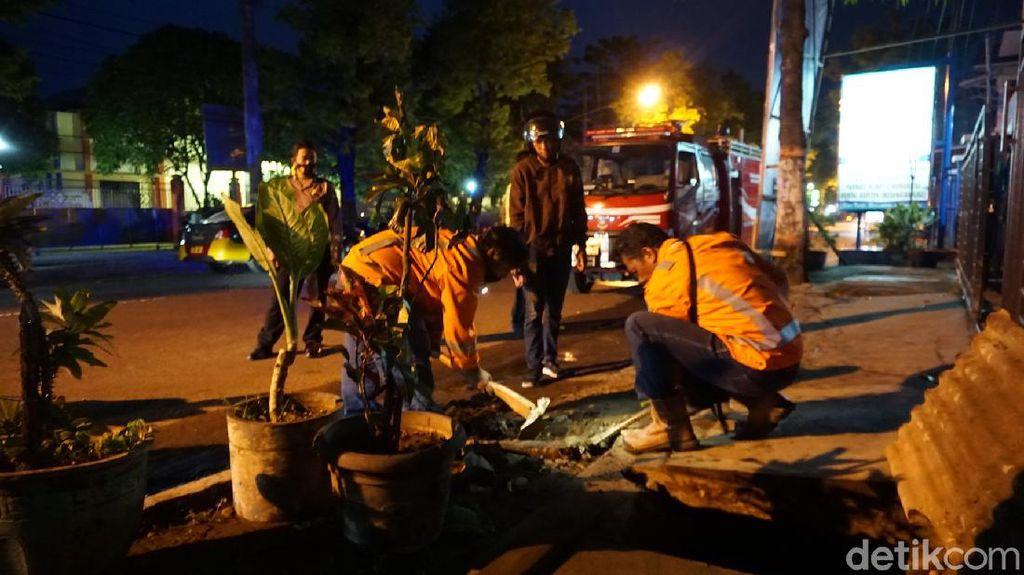 Petugas PGN Tutup Pipa Gas yang Bocor Semburkan Api di Kota Mojokerto
