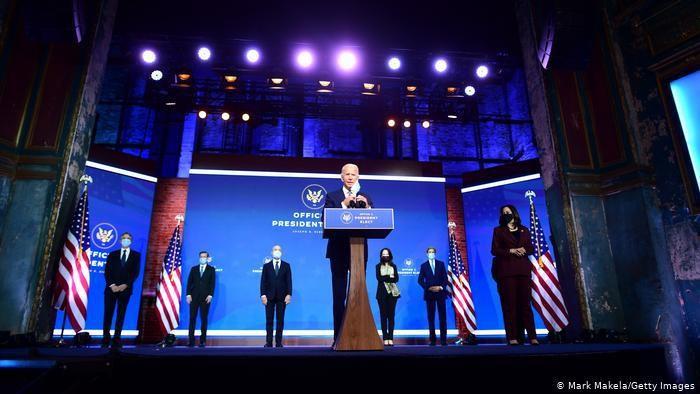 Joe Biden memperkenalkan tim keamanan nasional dan luar negerinya di Gedung Teater Wilmington, Delaware, Selasa (24/11)