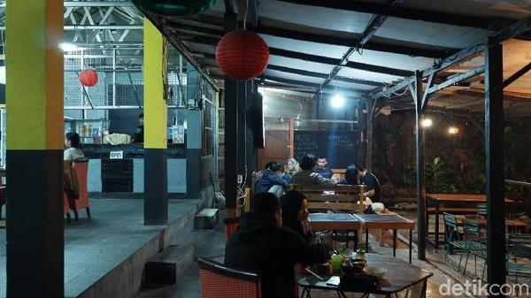 Kedai Kodims (Kopi dan Dimsum) ini bisa jadi rekomendasi tempat nongkrong traveler di Bandung. Lokasinya berada di Jalan A.H Nasution, Gang Kujang, Kota Bandung. (Siti Fatimah/detikTravel)