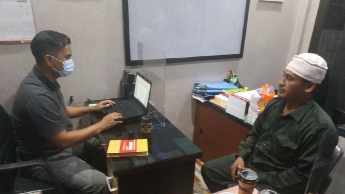 Ketua FPI Pekanbaru saat diperiksa polisi (dok. Istimewa)