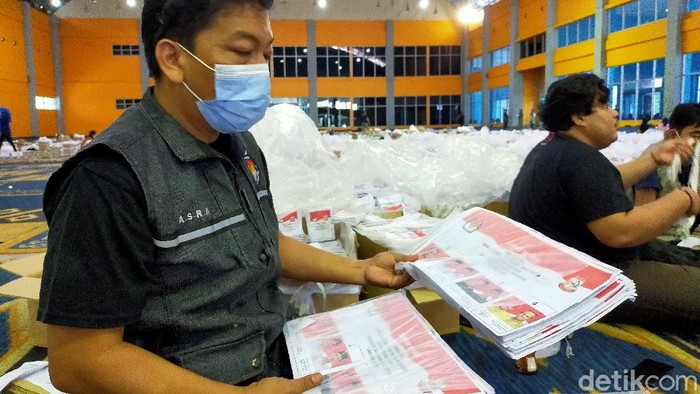 KPU Makassar sortir surat suara Pilwalkot Makassar.