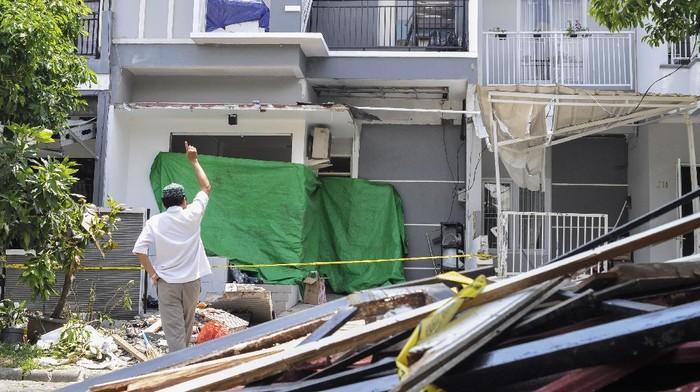 Kondisi bangunan rumah yang rusak usai ledakan gas elpiji 12 kg di perumahan Kemang Pratama, Bekasi, Jawa Barat, Rabu (25/11/2020).  Ledakan gas elpiji 12 kg terjadi pada pukul 08.00 WIB merusak 3 rumah, 1 orang terkena luka bakar dan 3 orang tertimpa bangunan yang rusak. ANTARA FOTO/ Fakhri Hermansyah/hp.