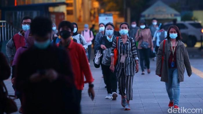 Masyarakat melintas dikawasan kendal, Jakarta, Rabu (25/11/2020). Tambahan kasus virus Corona (COVID-19) di Indonesia kembali memecahkan rekor pada hari ini. Tambahan 5.534 kasus Corona tersebar di 33 provinsi di Indonesia.