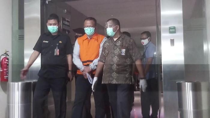 Menteri Kelautan dan Perikanan Edhy Prabowo mengenakan rompi oranye tahanan KPK.