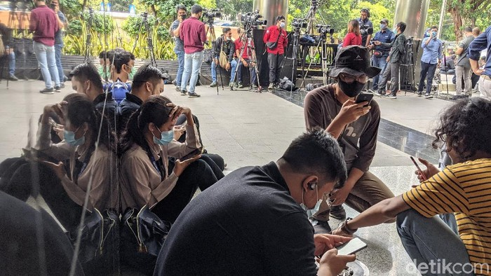 Menteri Kelautan dan Perikanan Edhy Prabowo ditangkap oleh Komisi Pemberantasan Korupsi (KPK) dini hari tadi di Bandara Soekarno Hatta. Wartawan langsung berkerumun di KPK.