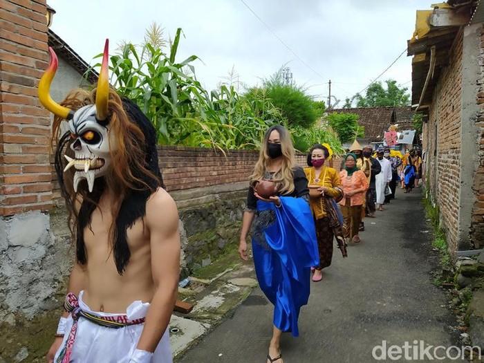 Prosesi ritual Donga Kali (Larung Sengkala) di Sungai Progo yang dilakukan seniman Kota Magelang dan Komunitas Lima Gunung.