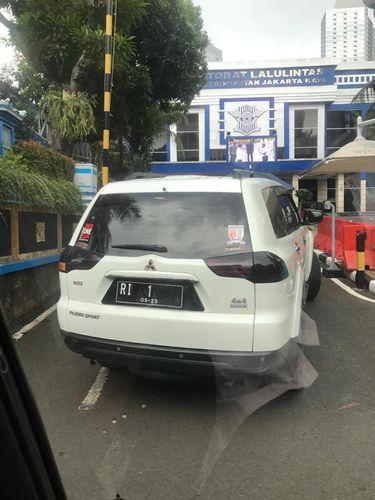 Mobil pelat RI 1 yang memaksa masuk ke Mabes Polri (Dok Istimewa)