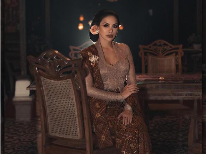 Nikita Mirzani Pakai Kebaya Klasik Anne Avantie