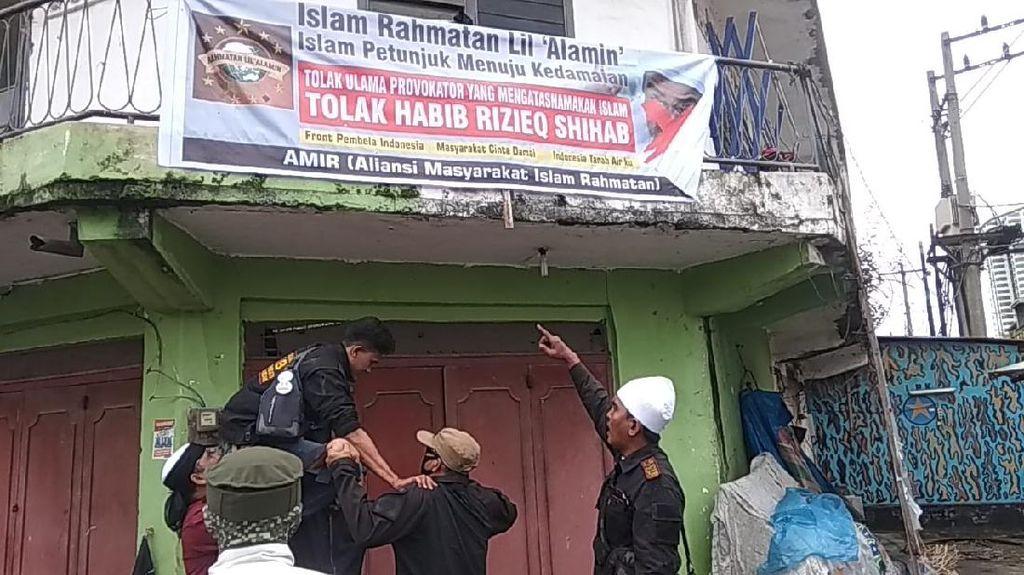 Aksi Ormas FIB Copoti Spanduk Penolakan Habib Rizieq