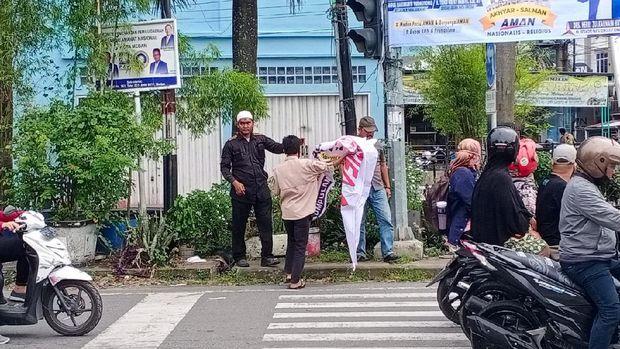 Ormas FIB turunkan spanduk penolakan Habib Rizieq di Medan (dok. Istimewa)