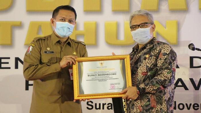 Pemkab Bojonegoro menerima penghargaan sebagai Pembina Produktivitas Daerah, dan Siddhakarya tahun 2020 tingkat Provinsi Jawa Timur dari Kementrian Tenaga Kerja. Penghargaan diberikan di Gedung Barunawati, Surabaya, Selasa (24/11).