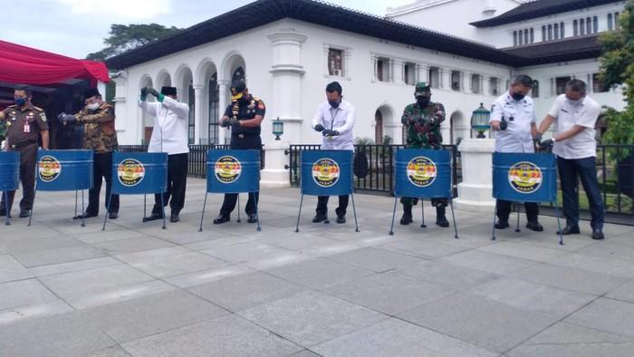 Pemusnahan barang ilegal di Gedung Sate, Bandung.