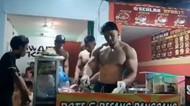 Pemilik Warkop dan Pecel Lele Ini Pamer Tubuh Atletis saat Layani Pelanggan