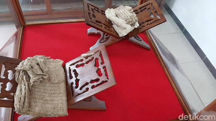 Penyerahan benda pusaka berupa tombak hingga keris kuno ke Dinas Arsip dan Perpustakaan Daerah (Arpusda) Kabupaten Banyumas, Rabu (25/11/2020).