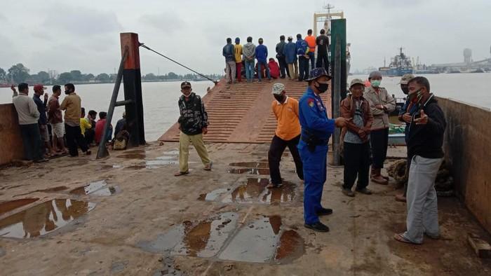 Polisi saat mengecek kapal tenggelam (Raja-detikcom)