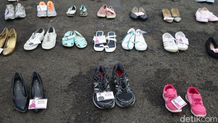 Ratusan pasang instalasi sepatu dipajang di depan gedung DPR, Jakarta, untuk mendesak agar RUU Penghapusan Kekerasan Seksual (PKS) disahkan.
