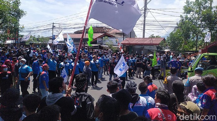 Ribuan buruh kepung pendopo Cianjur menuntut kenaikan UMK