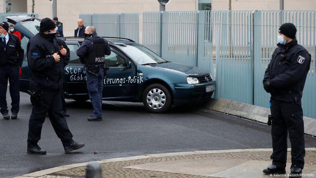 Sebuah Mobil Tabrak Gerbang Kantor Kanselir Jerman
