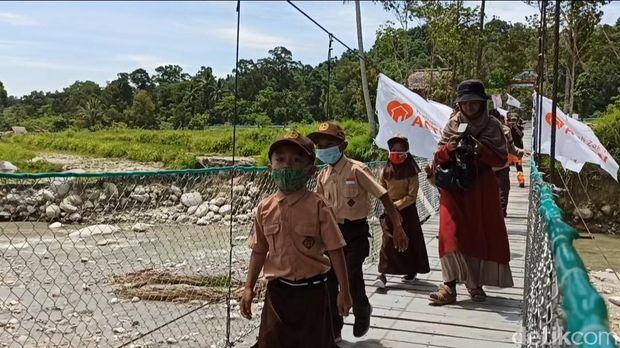 Setelah 4 bulan terputus akibat diterjang banjir bandang Masamba, kini jembatan gantung di Desa Maipi kembali ada (M Riyas/detikcom)