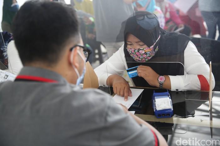 Pembagian Kartu Jakarta Pintar (KJP) dilakukan di kawasan Matraman, Jakarta. Penyaluran KJP plus tahap kedua ini menggunakan data baru.