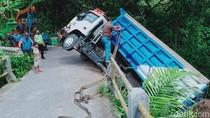 Waduh! Gegara Ikuti Google Map, Truk Pasir Nyangkut di Tepi Jurang