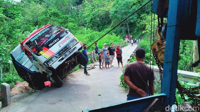 Truk bermuatan pasir dan batu tersangkut ke bibir jurang sebuah sungai di Kecamatan Jatinom, Kabupaten Klaten, Jawa Tengah, Rabu (25/11/2020). Kakak sopir truk itu menceritakan, sang adik melewati jalan itu karena mengikuti Google Map.
