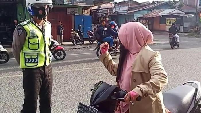 Video viral emak-emak teriak ke Polantas di Aceh (dok. Istimewa)