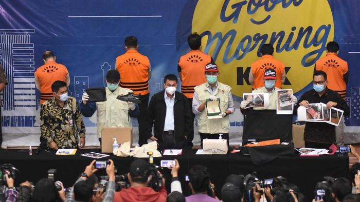 Direktur PT Dua Putra Perkasa (DPP) Suharjito berada di dalam mobil tahanan usai menjalani pemeriksaan terkait kasus dugaan korupsi ekspor benih lobster di Gedung KPK, Jakarta, Kamis (26/11/2020) dini hari. KPK menetapkan tujuh tersangka dalam kasus dugaan korupsi tersebut, dua di antaranya yakni Menteri Kelautan dan Perikanan Edhy Prabowo dan Direktur PT DPP Suharjito.  ANTARA FOTO/Aditya Pradana Putra/pras.
